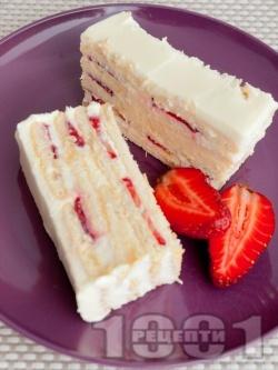Лесна и бърза домашна бисквитена торта с маскарпоне, кондензирано и прясно мляко, сметана и ягоди за десерт - снимка на рецептата